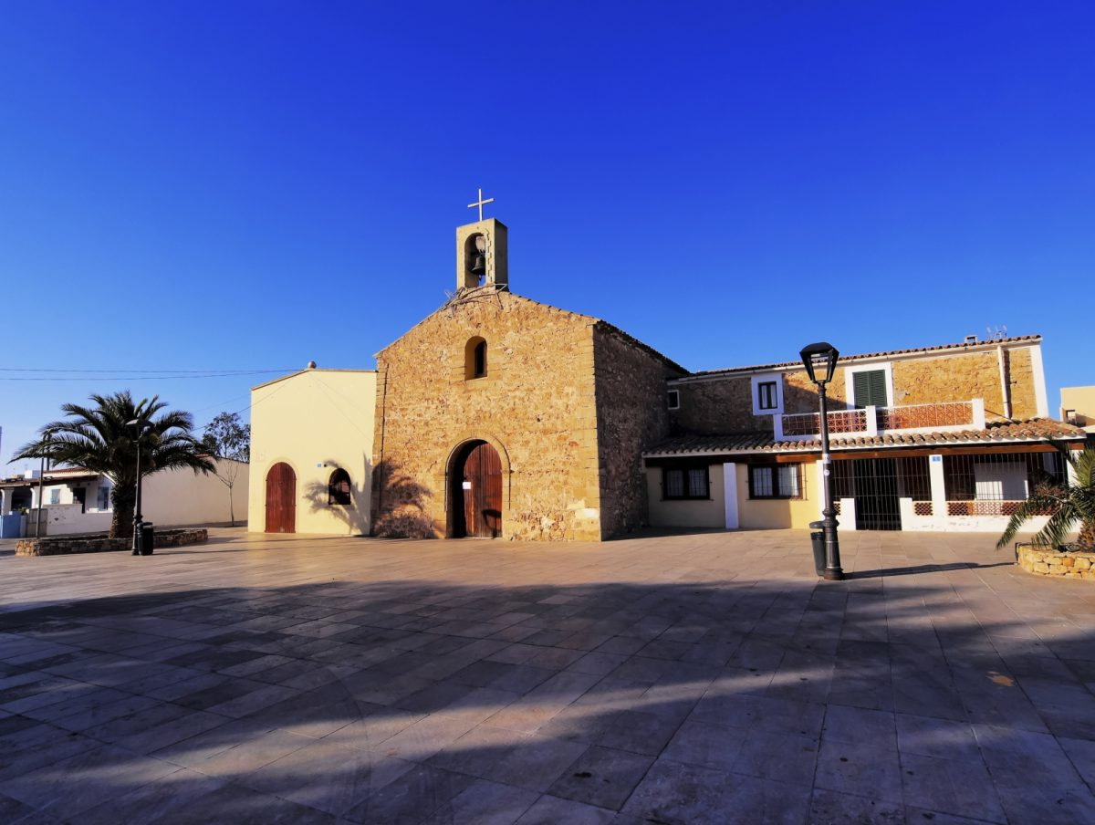 Die wunderschöne Kirche ist ein Wahrzeichen der Stadt Sant Ferran de ses Roques.