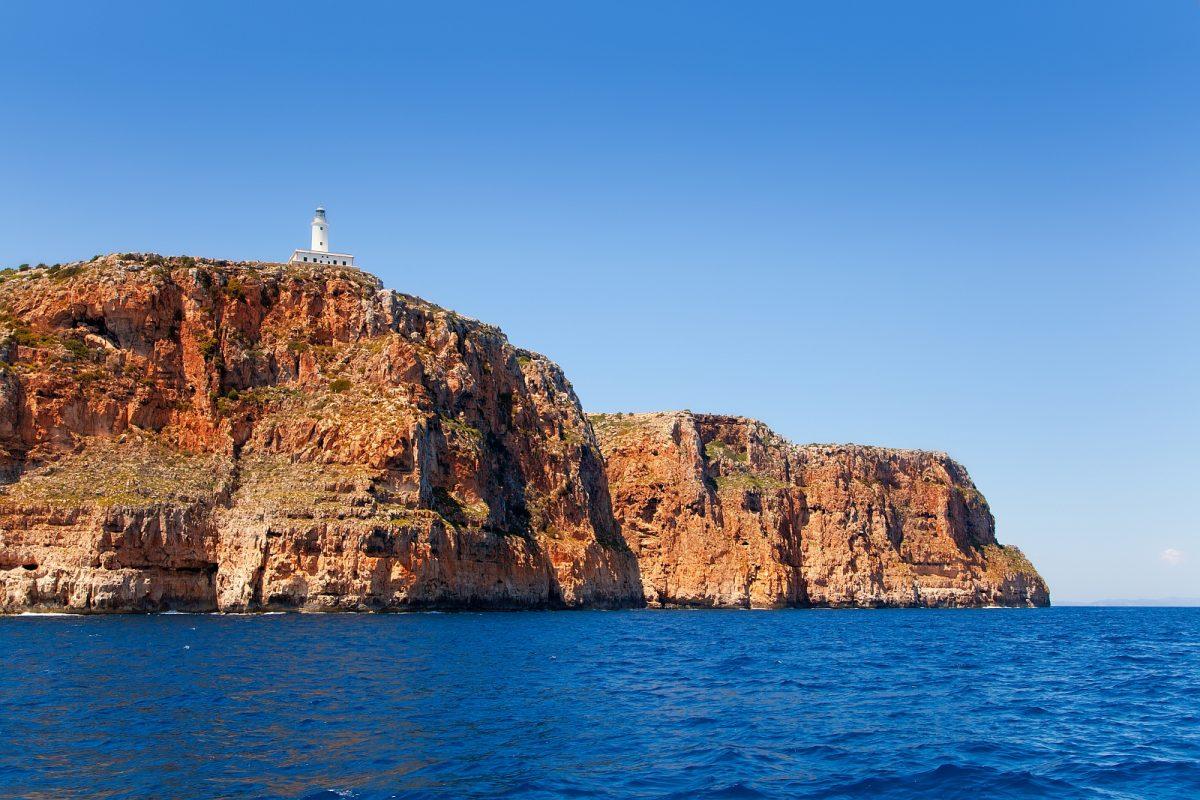 El Pilar de la Mola liegt auf dem Kalkplateau La Mola, eine Halbinsel im Osten Formenteras.