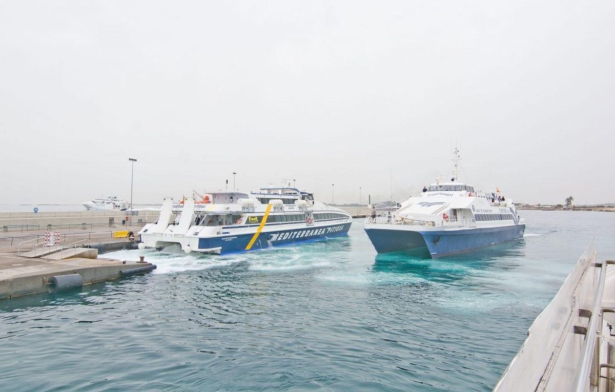 Am Hafenort La Savina legen regelmäßig Fähren an.