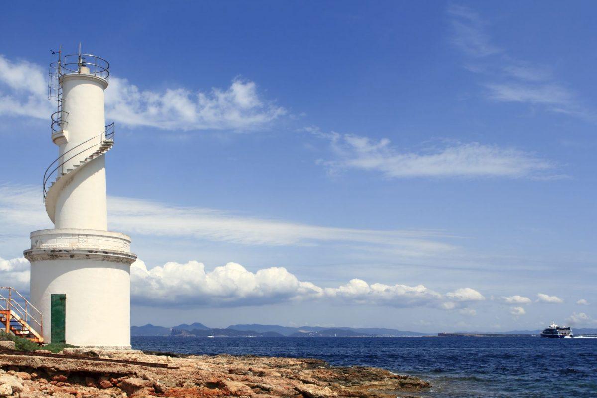 Der berühmte Leuchtturm in La Savina ist eine Institution der Insel Formentera.