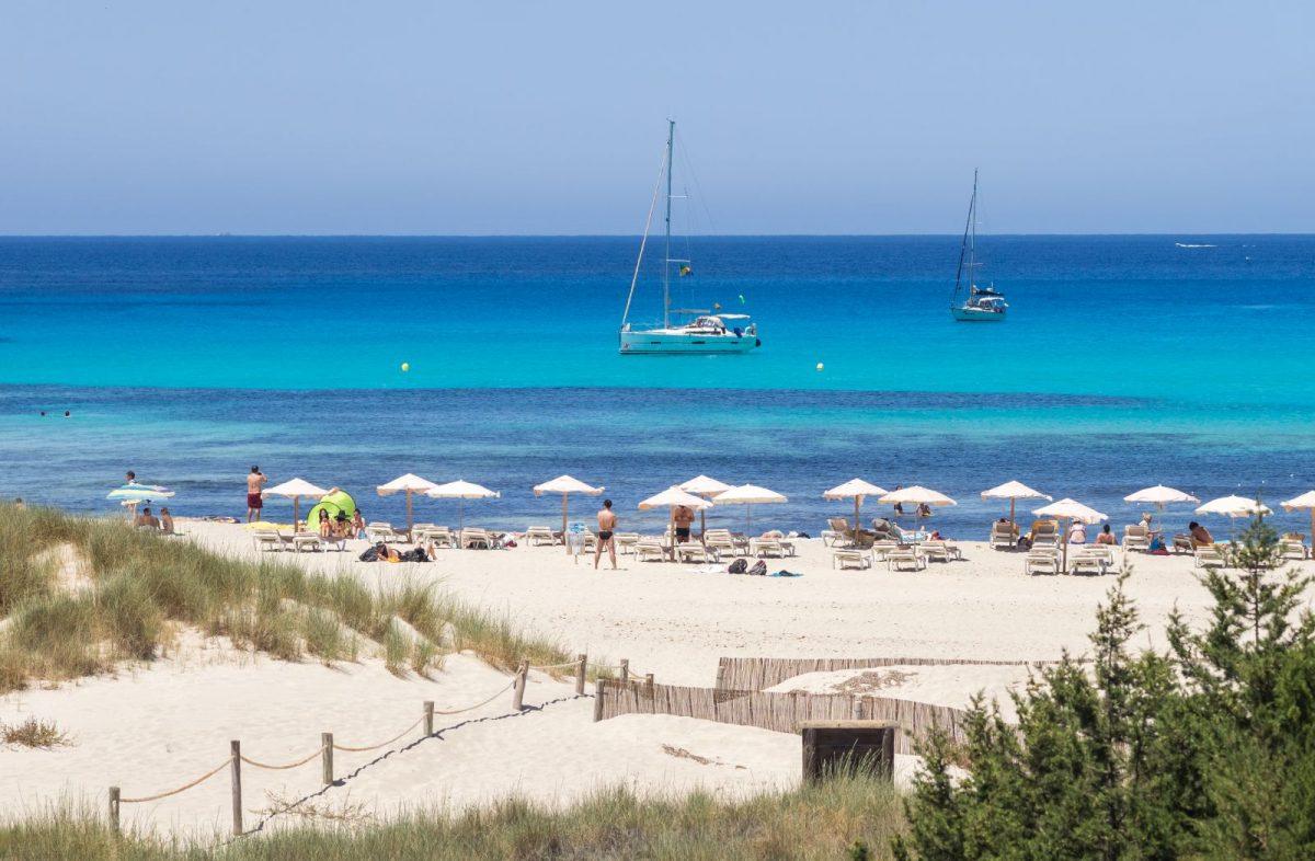Der Strand Cala Saona befindet sich im Westen Formenteras, etwa eine Viertelstunde vom Hafenort La Savina und rund fünf Kilometer von San Francisco entfernt.