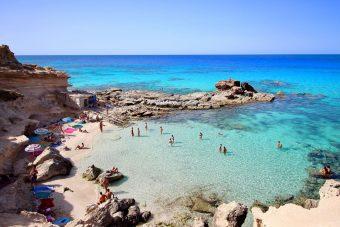 """Hinter dem düsteren Namen """"Todesbucht"""" verbirgt sich ein rauer, beeindruckender Ort im Südosten von Formentera, der sich halbkreisförmig um eine ausgehöhlte Steilküste legt."""