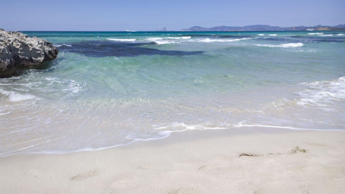 """El Tiburon heißt im Deutschen so viel wie """"Haifisch"""". Es ist einer der Promi-Hotspots von Formentera und befindet sich zwischen La Savina (in rund zwei Kilometer Entfernung) und dem Strand von Illetes."""