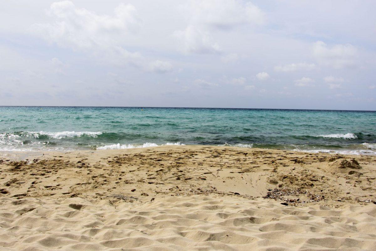 Playa de Migjorn befindet sich im Süden Formenteras und liegt 20 Minuten von La Savina entfernt. Der Strand besticht durch abwechslungsreiche Abschnitte.