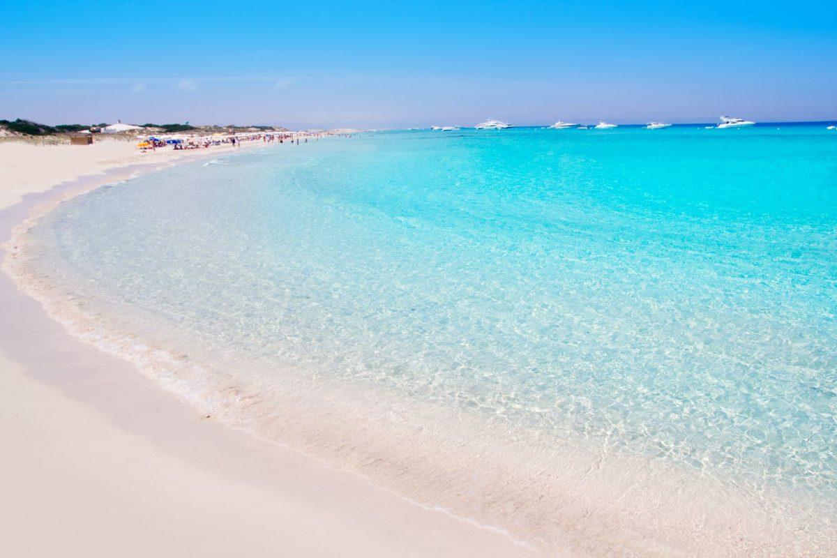 Die Playa de ses Illetes befindet sich am nordwestlichen Ende von Formentera. Sie gilt als einer der schönsten und prominentesten Strände der Insel.