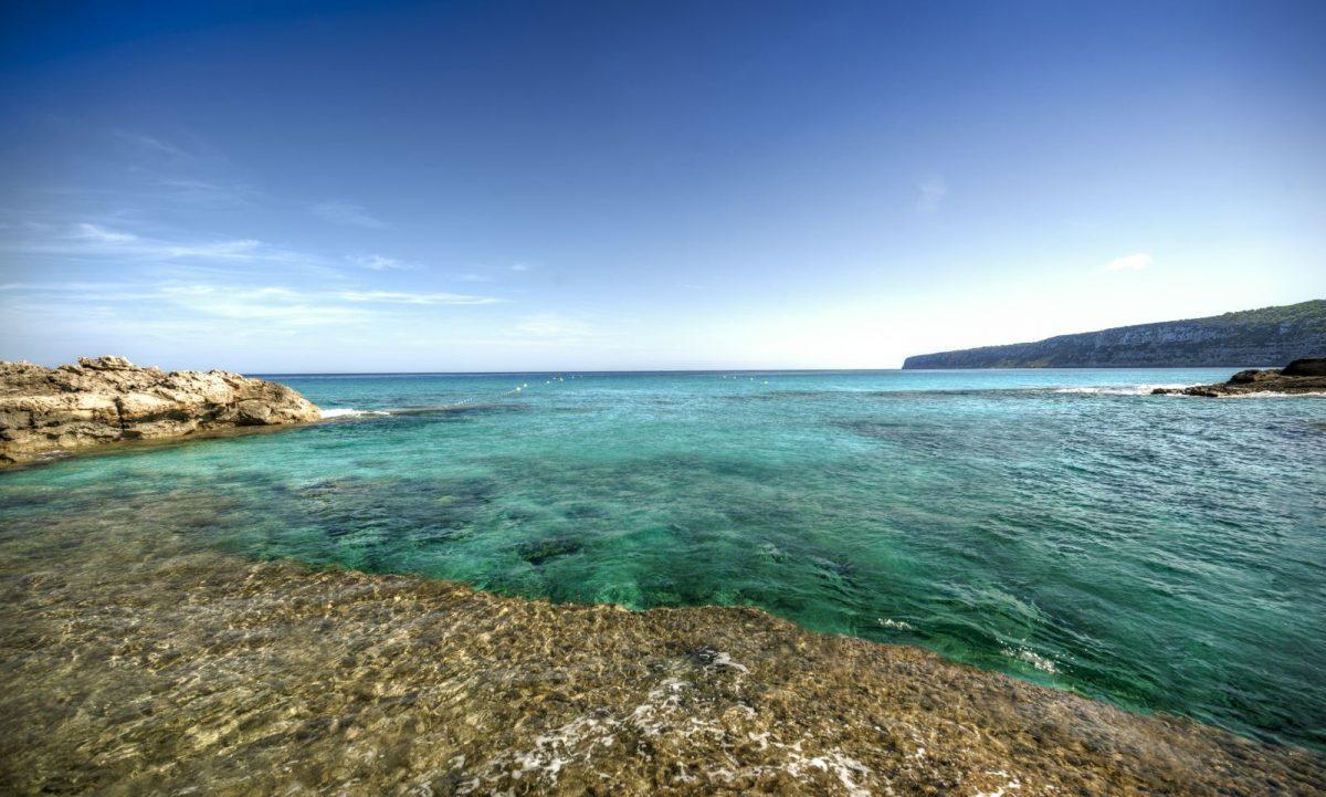 Zwischen der Playa Tanga und Es Pujols erstrecken sich die Buchten von Sa Roqueta. Es handelt sich um einen weißen Sandstrand mit sandigem Meeresuntergrund.