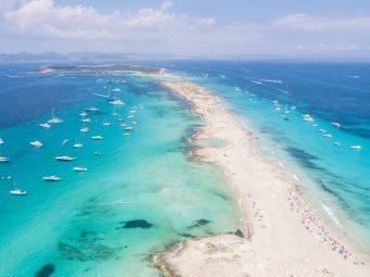 Formentera, das ist Karibik-Flair und glasklares, seichtes Meer in den schönsten Blautönen. Die naturbelassenen Strände der Insel stehen dem in nichts nach.