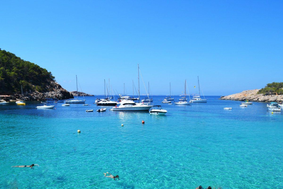 Wer Formentera liebt, sollte sich die Bootsvermietungen auf der Insel ansehen und mit einem Boot von Bucht zu Bucht und von Hafen zu Hafen zu fahren.
