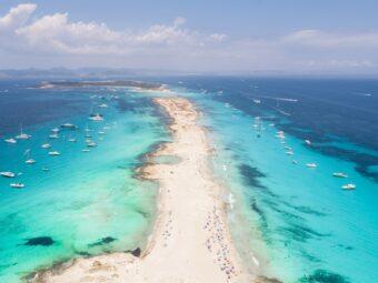 Formentera liegt etwa 9 Kilometer südlich vor Ibiza.